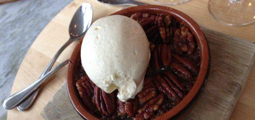 American Table Pekanpaj med vaniljglass.