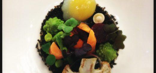 Kaviar med blomkålspuré och vaktelägg. Med mera.