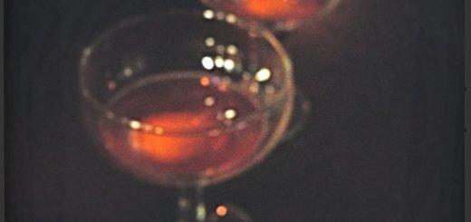 Här var bara slumpen kvar på Dagens drink som var vodka, cognac, grenadin och lime. Hur god som helst. Och suddig!