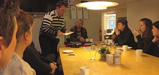 Johan Almling och Pigge Hall höll knivskola för en andäktig redaktion.