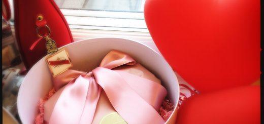 Praliner i hjärtask från Lindt och Champagne från Mumm. I morgon firar vi att vi alla har hjärtan!