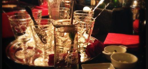 I den mysiga baren drack jag en St German Cocktail. Här är det bordsservering goda drinkar och mysiga stora soffor som gäller.