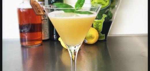 En underbar syrlig cocktail med whisky, citron, honung och mynta.
