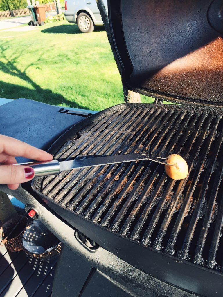 Att gnugga en halv potatis mot grillgallret ska göra att ingenting fastnar.