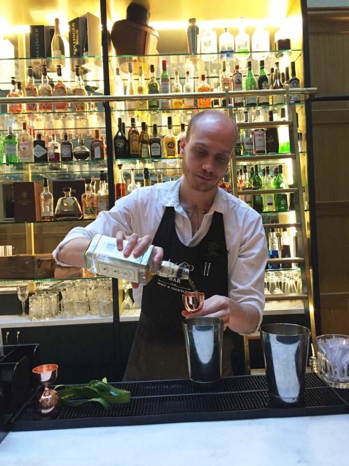 Barchefen Andreas Kensén blandar perfekta drinkar på Hotel Kung Carl.