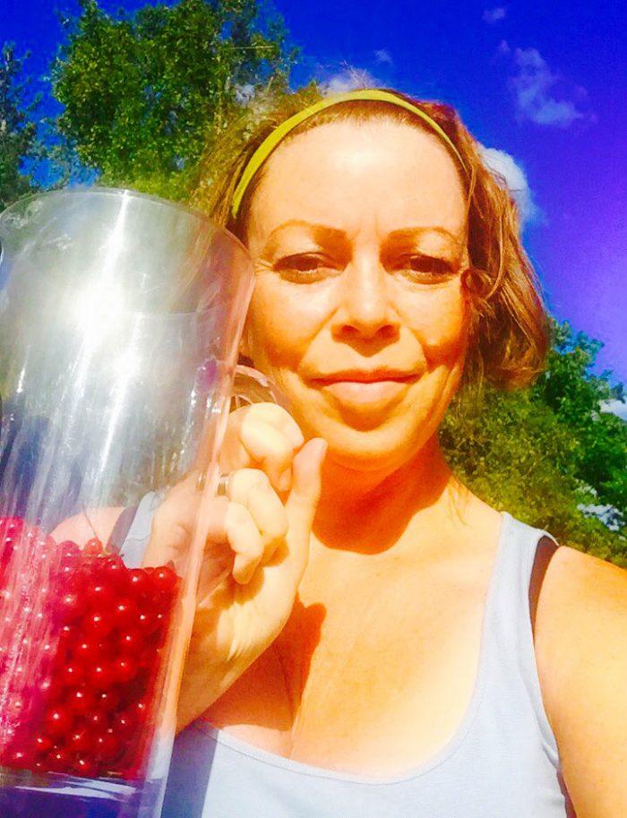 Så här nöjd var jag när jag fick plocka tre liter vinbär hos grannen!
