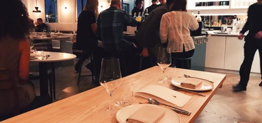 På Mathias Dahlgrens nya vegetariska krog Rutabaga sitter två personer bredvid varandra. trevligt att ha samma utsikt!