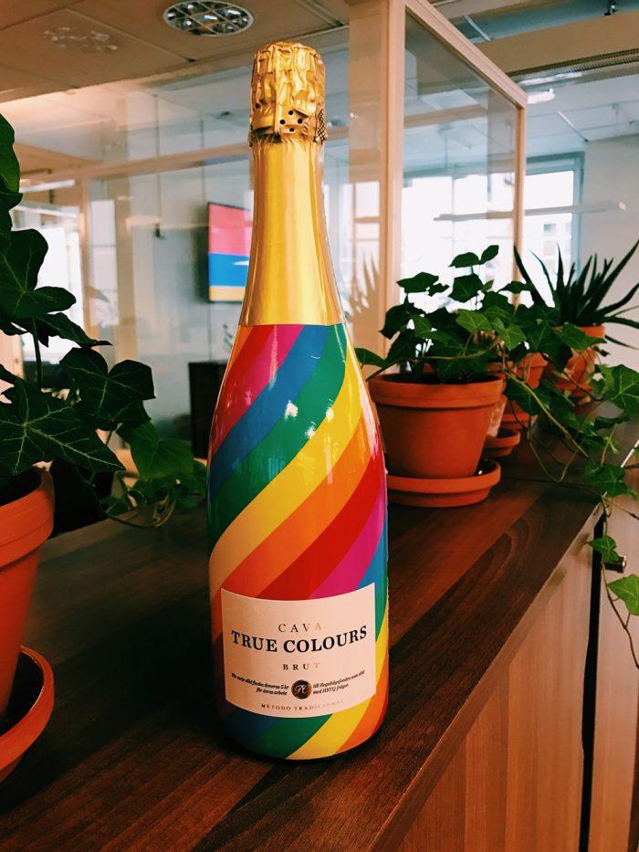 True Colors är en ny kava med mycket smak av päron. För varje såld flaska går fem kronor till Regnbågsfonden som arbetar för mänskliga rättigheter i hela världen.