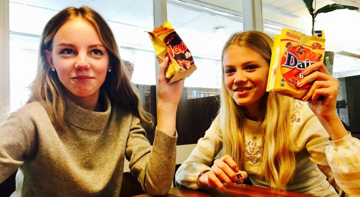 Tilde och Wilhelmina testade godiset och gav det en stor tumme upp!
