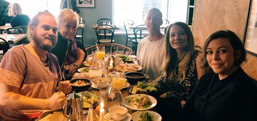 Så här glada – ja nästan hysteriska! – blir frukostklubben när vi får in maten på Österlånggatan 17.