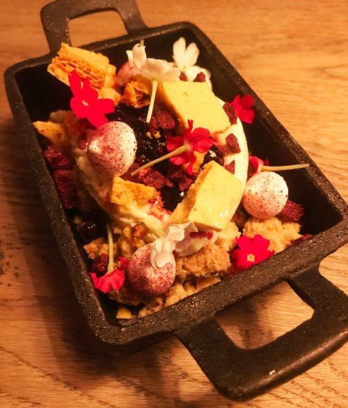 Godaste desserten var helt otippat: lavendelglass! Med en massa fina tillbehör som färska bär, maränger och ätbara blommor.