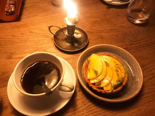 Persikopaj och kaffe på Spanjorskan.