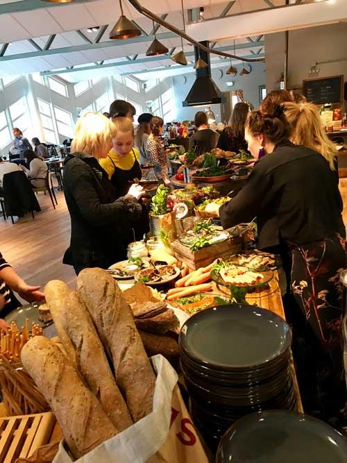 Folkligt, festligt, fullsatt. Det var många som lockades av Sveriges första vegansk brunchbuffé på Radisson Blu Royal Park.