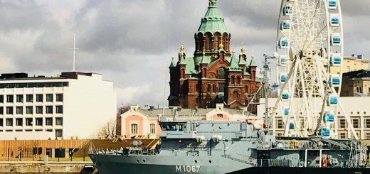 Ståtliga Helsingfors sett från vattnet. Uspenskijkatedralen med sina guldlökar är ett bra riktmärke.
