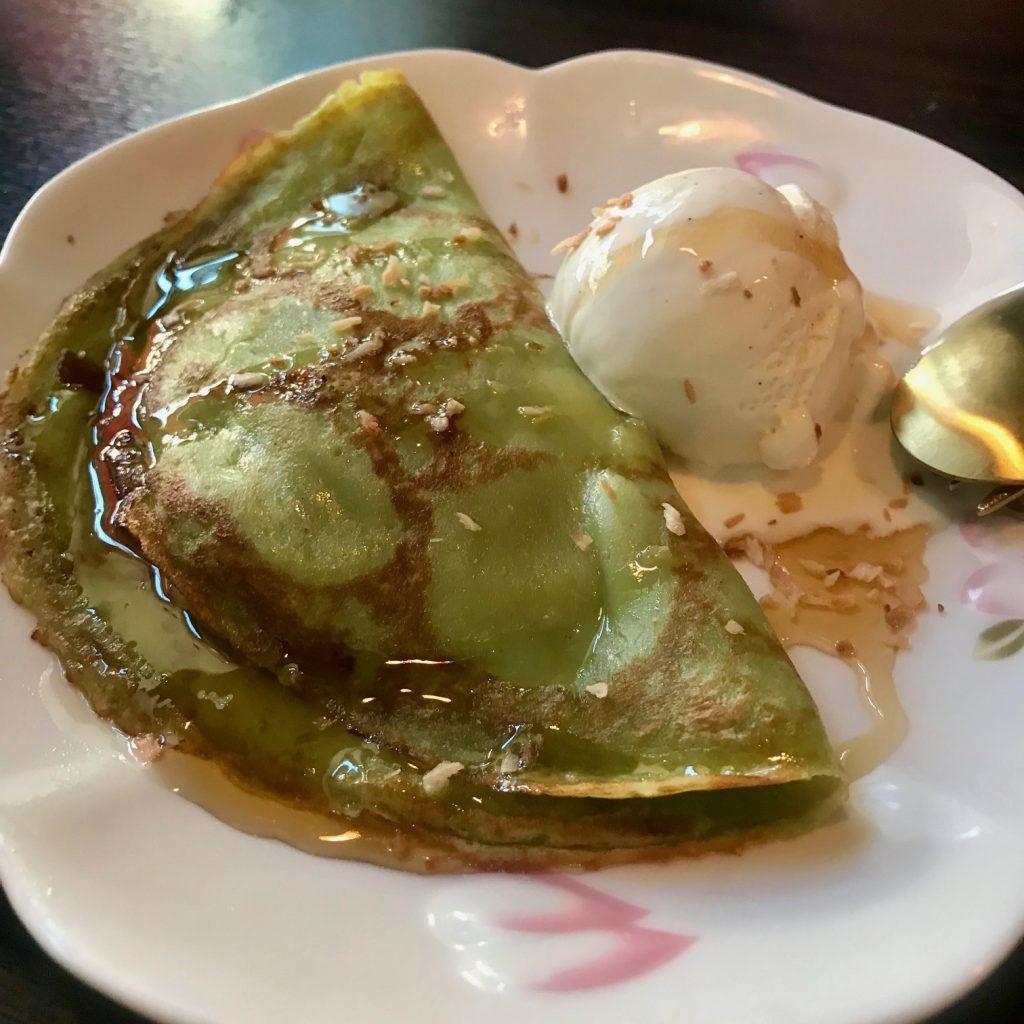 En dessert som du definitivt inte vill hoppa över är denna gröna pannkaka fylld med banan och kokossås.