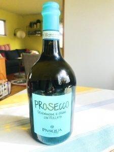 En utmärkt aperitif med inslag av citrus och fina små bubblor: Pasqua Prosecco Frizzante.