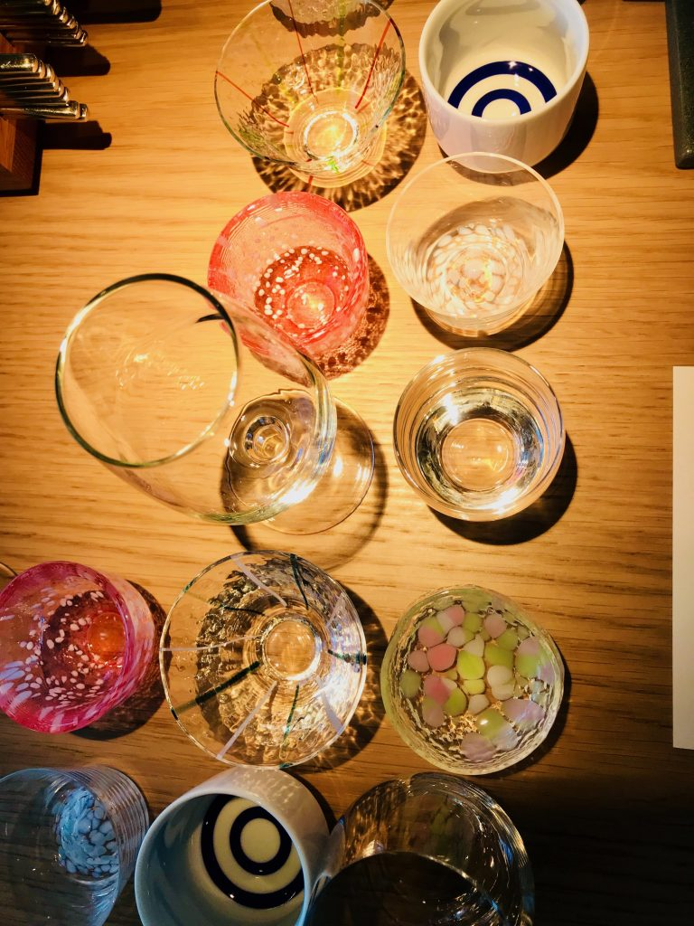När du beställer sake kommer de ut med olika glas i en trälåda och du får själv välja vilket du vill ha. Bara en sådan sak!