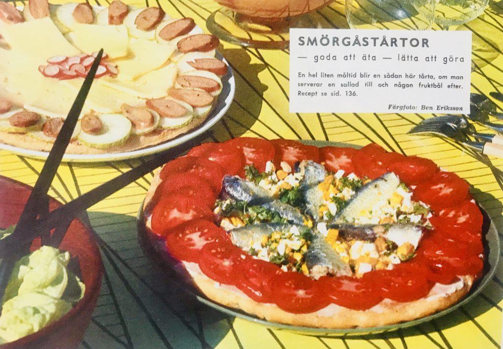 Smörgåstårtan från 1960 var något helt annat. Lägg märke till den till vänster. Gurka med wienerkorv!