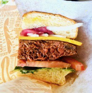 Konsistensen på Juicy Vegan Burger är skrämmande lik kött.