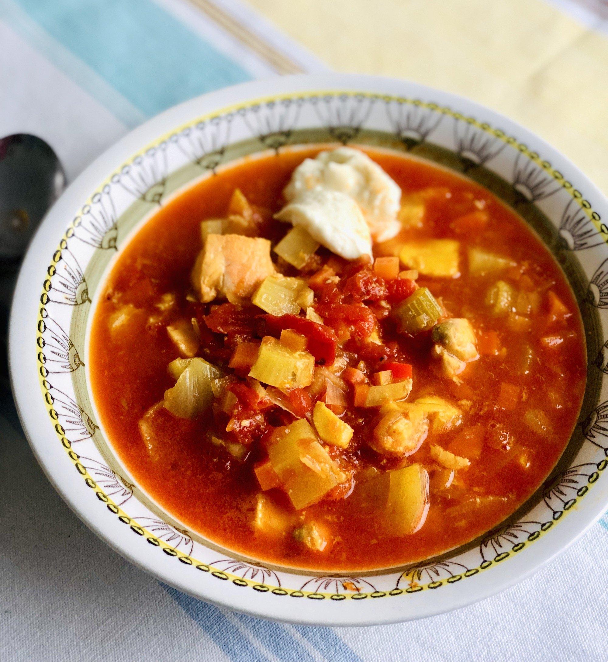 Min enkla fiskgryta gör du på 25 minuter och den smakar superbt av saffran, apelsin, vitt vin och tomat.